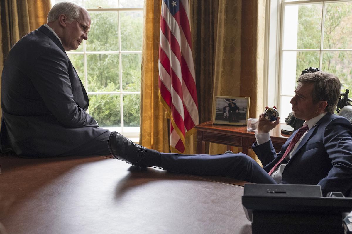Kadr z filmu Vice, reż. Adam McKay, Christian Bale jako Dick Cheney i Sam Rockwell jako George W. Bush